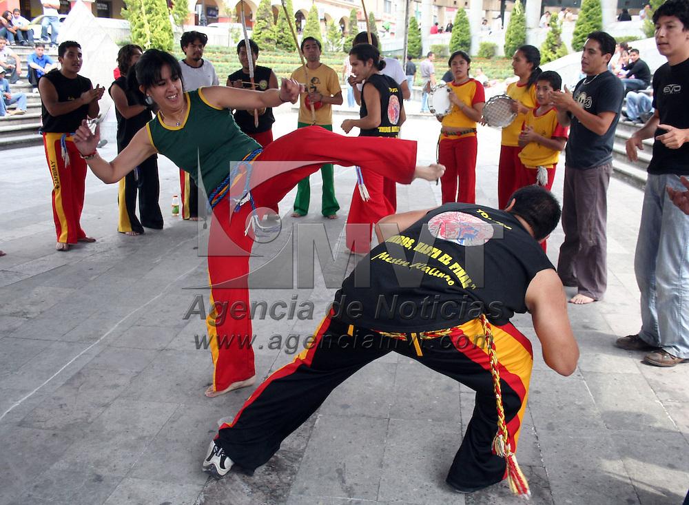 Toluca, Mex.- Jovenes dan una exhibicion de capoeira en la Plaza Gonzalez Arratia, de esta ciudad. Agencia MVT / Javier Rodriguez. (DIGITAL)<br /> <br /> <br /> <br /> <br /> <br /> <br /> <br /> NO ARCHIVAR - NO ARCHIVE