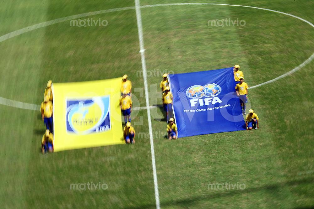12. FIFA U17 Weltmeisterschaft in Korea Honduras - Syrien Honduras vs. Syria Vor Spielbeginn wird der Einlauf mit den Fahnen geuebt.