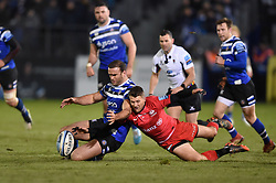 Jamie Roberts of Bath Rugby and Richard Wigglesworth of Saracens compete for the ball - Mandatory byline: Patrick Khachfe/JMP - 07966 386802 - 29/11/2019 - RUGBY UNION - The Recreation Ground - Bath, England - Bath Rugby v Saracens - Gallagher Premiership