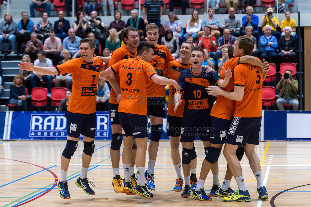 10-04-2016 NED: Seesing Personeel Orion -  Landstede Volleybal, Doetinchem<br /> In de derde en beslissende partij tussen Orion en Landstede Volleybal werd gespeeld om het toegangsticket tot de play – off finale. Orion trok aan het langste eind door Zwolle met 3-1 naar huis te sturen / Pim Kamps #7 of Orion, Tom Buijs #11 of Orion, Stijn Held #3 of Orion, Dik Heusinkveld #2 of Orion, Rob Jorna #10 of Orion, Joris Marcelis #5 of Orion