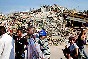 CAVEZZO. UNA FAMIGLIA AFRICANA PASSA DAVANTI ALLE MACERIE DI UNA PALAZZINA INTERAMENTE CROLLATA A CAUSA DEL FORTE SISMA CHE HA COLPITO L'EMILIA;
