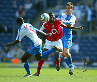 Fotball<br /> Premier League 2004/05<br /> Blackburn v Arsenal<br /> 19. mars 2005<br /> Foto: Digitalsport<br /> NORWAY ONLY<br /> Kolo Toure of Arsenal is fouled by Garry Flitcroft and Aaron Mokoena of Blackburn Rovers