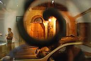 Calle del casco antiguo de la ciudad de Panamá..El Casco antiguo es la ciudad colonial de Panamá, que fue reconstruida después del saqueo del pirata Henry Morgan. Actualmente conserva su arquitectura colonial, y es visitada por turista por sus restaurantes, tiendas y galerías de arte.©Rafael Guillen / Istmophoto.com