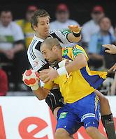 Handball EM Herren 2010 Vorrunde Deutschland - Schweden 22.01.2010 Mattias Gustafsson (SWE vorne) gegen Oliver Roggisch (GER)