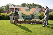 Na het leggen van bloemen staan een man en vrouw nog even stil bij het monument. In verzorgingstehuis Rumah Kita in Wageningen wordt de jaarlijkse Indi&euml;-herdenking gehouden. Op 15 augustus 1945 capituleerde Japan, maar vlak daarna begon de bersiap periode in voormalig Nederlands-Indi&euml;. Met de herdenking wordt stil gestaan bij de roerige tijd, waarbij veel Indo's het land moesten verlaten.<br /> <br /> A man and woman are standing at the monument. Residents of the nursing home for Dutch-Indonesian people Rumah Kita in Wageningen are attending a commemoration for the capitulation of Japan at the Indonesian war. After the war ended a new era started, where most of the Euro-Indonesian people had to leave the country.