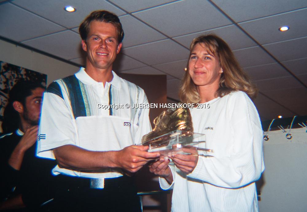 Steffi Graf (GER) und Stefan Edberg (SWE) mit einem vergoldeten Schuh, Roland Garros, French Open 1996<br /> <br /> Tennis - French Open 1996 - Grand Slam ATP / WTA -  Roland Garros - Paris -  - France  - 22 November 2016.
