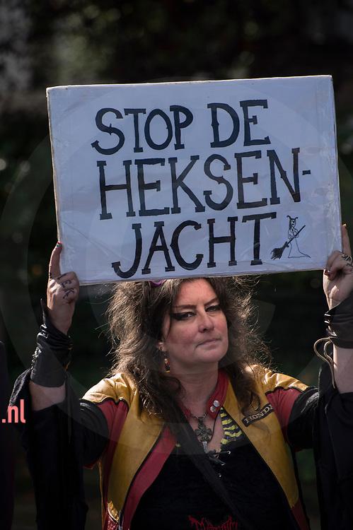 nederland, Enschede 01okt2017 Bij de demonstratie van de Nedelandse Volks Unie in Enschede. Ongeveer dertig leden / sympatisanten van de NVU  demonstreerden zondag in de buurt van het station van Enschede. Er was een grote politiemacht op de been om de demo rustig te laten verlopen. Er waren geen linkse tegendemonstranten en na twee uur was de demo afgelopen.