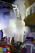 Mannheim. 31.12.17  <br /> Silvesterabend. Silvester. Brand in der Neckarstadt.<br /> Das Mehrfamilienhaus, in dem sich 15 Wohnungen befinden, wurde vollständig evakuiert. Die Bewohner konnten sich anfänglich im Nebenraum einer Kneipe aufhalten. Die Stadt Mannheim brachte später fünf Personen unter, die restlichen Betroffenen fanden bei Verwandten und Freunden eine Bleibe.<br /> Das Haus ist ersten Angaben der Feuerwehr zufolge nicht mehr bewohnbar. Auch den Ermittlern war es am Montagmorgen nicht möglich die Wohnung zu betreten. Der Sachschaden beläuft sich  auf etwa 150.000 Euro. <br /> <br /> <br /> Bild-ID 286   Markus Proßwitz 01JAN18 / masterpress