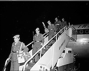 05/01/1972.01/05/1972.05 January 1972.Troops return from Cyprus to Dublin. Some of the troops disembarking from heir plane on arrival at Dublin Airport from Cyprus.