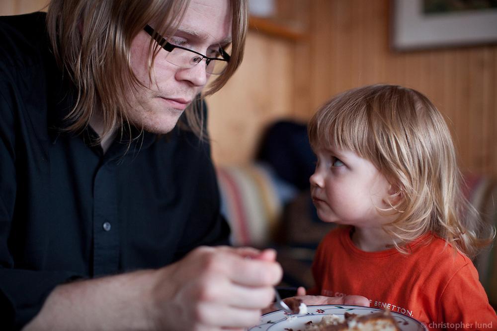 Elísabet fær köku með rjóma hjá pabba sínum.