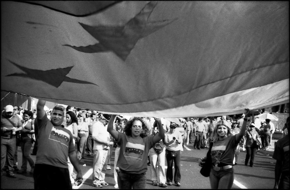DAILY VENEZUELA / VENEZUELA COTIDIANA.The Chavez supporters march / Marcha de simpatizantes del Chavismo, Caracas - Venezuela 2006 (Copyright © Aaron Sosa)