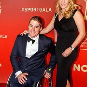 NLD/Amsterdam/20171219 - Inloop NOC/NSF Sportgala 2017, handbiker Jetze Plat winnaar Paralympische sporter van het jaar 2017 en Jaap Eden Trofee en partner