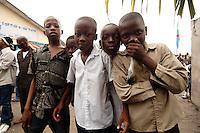 26 SEP 2006, KINSHASA/CONGO:<br /> Eine Gruppe Jungen am Rande einer Informationsveranstaltung, im Rahmen derer die Bevoelkerung über die EUFOR RD CONGO Mission aufzuklaeren<br /> IMAGE: 20060926-01-123<br /> KEYWORDS: IKind, Kinder, Kongo, Afrika, Africa