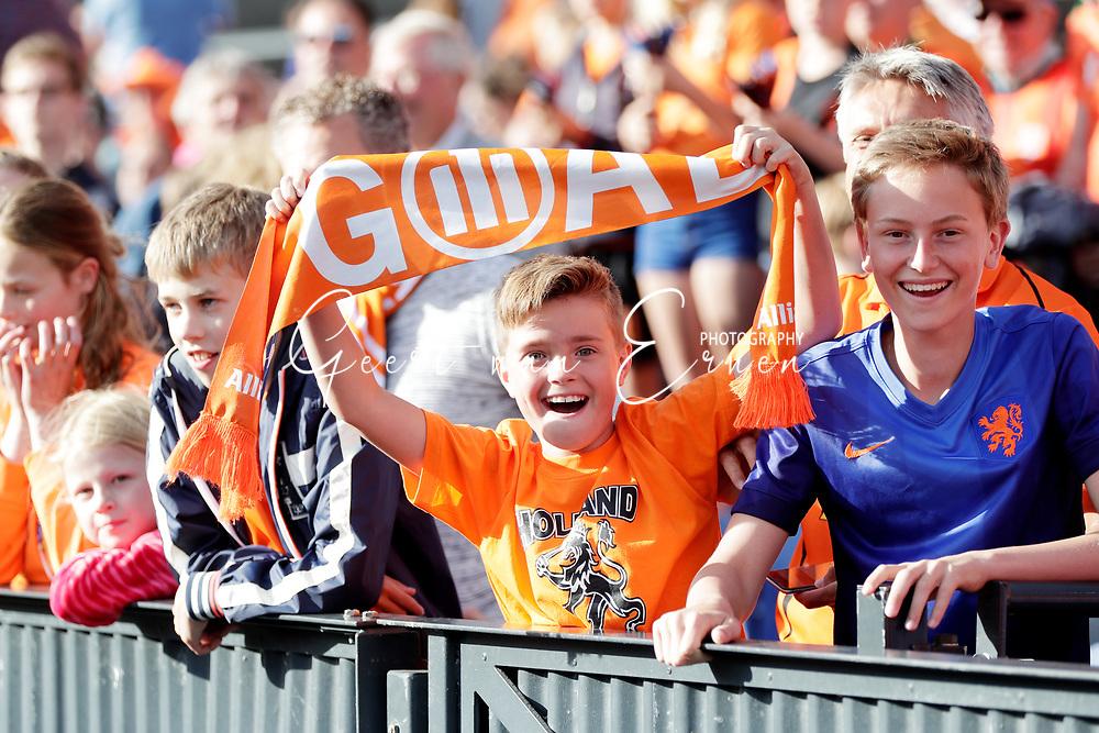 04-06-2017 VOETBAL:NEDERLAND-IVOORKUST:ROTTERDAM<br /> Oranje oefende tegen Ivoorkust vanavond in De Kuip<br /> <br /> Jonge oranje supporters<br /> <br /> Foto: Geert van Erven