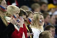 Fotball, 28. april 2004, Privatlandskamp, Norge-Russland 3-2, Illustrasjon, jubel, Russland, tilskuer, dame, jente, malte flagg, ansikt