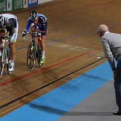 Teammanager Ton Welling geeft Wim Stroetinga nog wat aanwijzingen in de finale van de puntenkoers. Stroetinga sluit deze winnend af.
