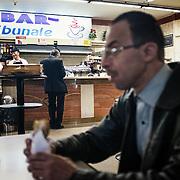 Mohamed Matok, dans le café du tribunal à l'intérieur du batiment du Bureau du Procureur de Syracuse, en attente de pouvoir récupérer les effets personnels de son frère