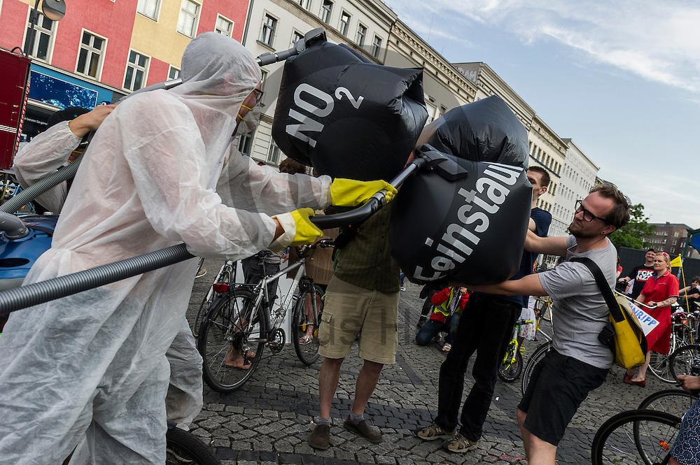 Aktivisten saugen w&auml;hrend der Feinstaub Demonstration am 03.06.2016 in Berlin Neuk&ouml;lln, Deutschland symbolisch Feinstaub auf. Die Demonstranten demonstrierten unter dem Motto &quot;Husten, wir haben ein Problem &ndash; die gro&szlig;e Anti-Feinstaubdemo&quot; damit die politisch Verantwortlichen wirksame Ma&szlig;nahmen zum Schutz unserer Gesundheit zu ergreifen. Foto: Markus Heine / heineimaging<br /> <br /> ------------------------------<br /> <br /> Ver&ouml;ffentlichung nur mit Fotografennennung, sowie gegen Honorar und Belegexemplar.<br /> <br /> Bankverbindung:<br /> IBAN: DE65660908000004437497<br /> BIC CODE: GENODE61BBB<br /> Badische Beamten Bank Karlsruhe<br /> <br /> USt-IdNr: DE291853306<br /> <br /> Please note:<br /> All rights reserved! Don't publish without copyright!<br /> <br /> Stand: 06.2016<br /> <br /> ------------------------------