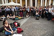 25 aprile, Festa della Liberazione. Milano, 2014. Cori in piazza San Carlo.