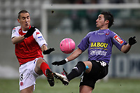 FOOTBALL - FRENCH CHAMPIONSHIP 2010/2011 - L2 - STADE DE REIMS v CLERMONT FA - 17/12/2010 - PHOTO ERIC BRETAGNON / DPPI - ROMAIN ALESSANDRINI (CLER) / VINCENT GRANGNIC (REIMS)