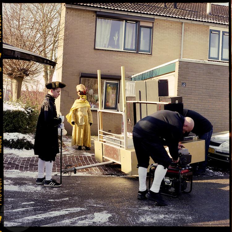 Een groep werkt aan de kar voor de optocht. In Zevenaar, dat gelegen is in De Liemers, wordt volop carnaval gevierd, onder andere met een optocht. De plaats wordt tijdens carnaval omgedoopt tot Boemelburcht. <br /> <br /> The carnival parade in Zevenaar. Zevenaar is located in De Liemers, a district in the eastern part of the Netherlands. During carnival Zevenaar is called Boemelburcht.