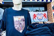 Willem II Open dag - Koningsdag 2015 - Supporters, spelerspresentatie, handtekeningen, actracties, kinderen, jonge supporters, springkussens<br /> <br /> Een mooi nieuw supporters shirt<br /> <br /> foto: Geert van Erven