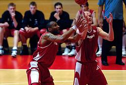 03-05-2007 BASKETBAL: AMSTERDAM ASTRONAUTS - MATRIXX MAGIXX: AMSTERDAM<br /> Amsterdam wint de vierde wedstrijd in de playoffs en zet de stand weer op 2-2 / Jair Veldhuis en Peter van Paassen<br /> ©2007-WWW.FOTOHOOGENDOORN.NL