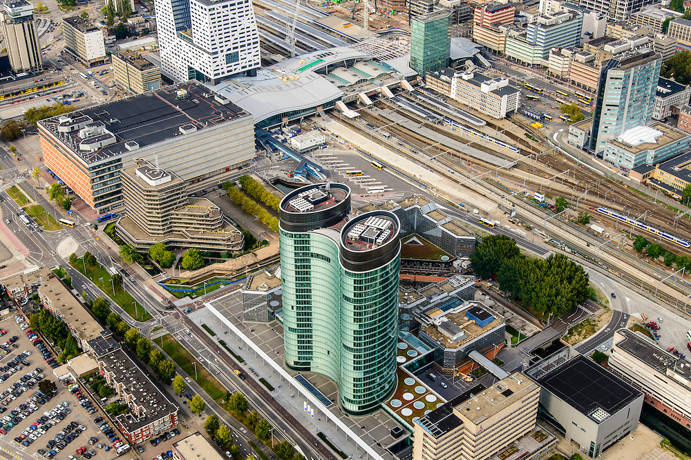 Nederland, Utrecht, Utrecht, 28-09-2014; Ontwikkeling van het Stationsgebied Utrecht - CU2030.  In de voorgrond hoofdkantoor van de RABO-bank, de dubbele toren van groen glas, de Rabotoren (architect: Rob Ligtvoet van Kraaijvanger Urbis), bijnaam de verrekijker. Naast de nieuwe overkapping het stadskantoor, rechts Hoog Catherijne en Catherijensingel.<br /> Developement of the new Station Area Utrecht. Headquarters of the Rabobank, the double tower of green glass, the Rabotoren (architect: Rob Ligtvoet of Kraaijvanger Urbis), nicknamed the binoculars. View on central station, shopping center Hoog Catharijne. <br /> luchtfoto (toeslag op standard tarieven);<br /> aerial photo (additional fee required);<br /> copyright foto/photo Siebe Swart