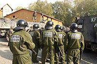 16 OCT 2001, BERLIN/GERMANY:<br /> Bundeswehr Feldjaeger in Spezialkleidung mit Schlagstock und Helm, waehrend der Ausbildung des KFOR-Einsatzverbandes, hier waehrend einem sehr realistischen Uebungsszenario einer gewalttaetigen Demonstration im Ort Bonnland, Infanterieschule des Heeres, Hammelburg<br /> IMAGE: 20011016-01-011<br /> KEYWORDS: Bundeswehr, Armee, Soldat, soldier, Demo, Demonstration, Feldjaeger, Polizei,