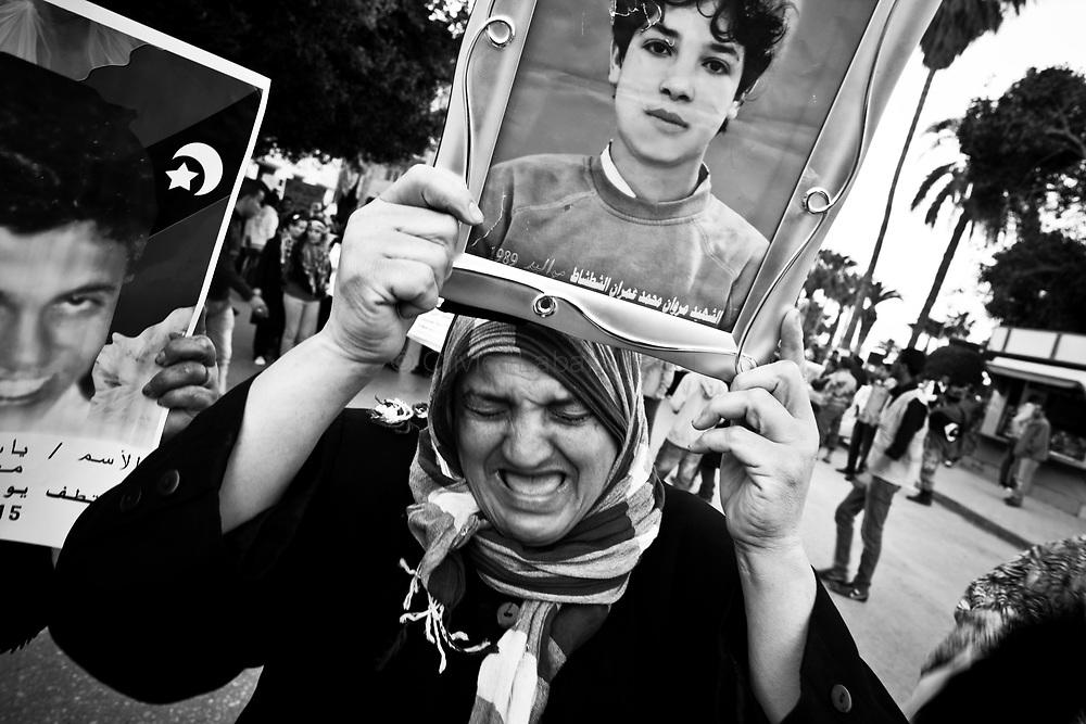 Une femme pleure son fils tué par le régime Kadhafiste, le 30 mars 2011, lors d'une manifestation à Benghasi.