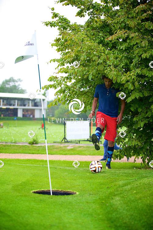 ROTTERDAM - Op de Golfcenter Seve is de aftrap voor het jaarlijkse Life After Football Footgolf 2014 gehouden. Met hier op de foto   Pierre van Hooijdonk. FOTO LEVIN DEN BOER - PERSFOTO.NU