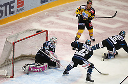 12.02.2015, Albert Schultz Eishalle, Wien, AUT, EBEL, UPC Vienna Capitals vs EHC Liwest Linz, Zwischenrunde, im Bild Michael Ouzas (EHC Liwest Linz), Curtis Murphy (EHC Liwest Linz), Dustin Sylvester (UPC Vienna Capitals) und Franklin MacDonald (EHC Liwest Linz) // during the Erste Bank Icehockey League intermediate heats match between UPC Vienna Capitals and EHC Liwest Linz at the Albert Schultz Ice Arena, Vienna, Austria on 2015/02/12. EXPA Pictures © 2015, PhotoCredit: EXPA/ Thomas Haumer