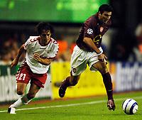 Photo: Henry Browne.<br /> Arsenal v FC Thun. UEFA Champions League.<br /> 14/09/2005.<br /> Jose Antonio Reyes of Arsenal avoids Nelson Ferreira of Thun.