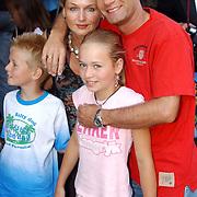 NLD/Amsterdam/20050710 - Premiere Zoop the Movie, Ron Boszhard en partner Gaby Weel en kinderen Naomi en Niels