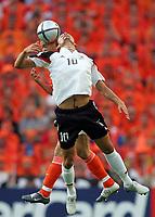 Fotball<br /> Euro 2004<br /> Portugal<br /> 15. juni 2004<br /> Foto: Witters/Digitalsport<br /> NORWAY ONLY<br /> Tyskland v Nederland 1-1<br /> Lagbilde Tyskland<br /> Kevin KURANYI, Tyskland, og Phillip COCU, Nederland