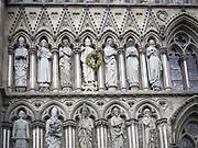 Statuen av Olav II (Haraldsson) den hellige, også kjent som Olav Digre og Sankt Olav, på Vestfronten av Nidarosdomen blir utsmykket med en krans under olavsfestdagene. OLAF II HARALDSSON also known as SAINT OLAF King of Norway (1016-28)