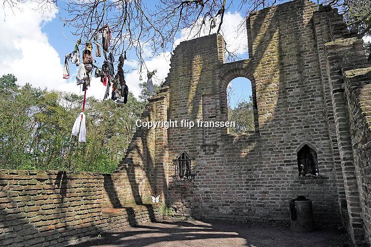 Nederland, Overasselt, 17-4-2017Bij de ruïne van Sint Walrick staat een wensboom. Tientallen stukjes textiel hangen hier aan de takken en vertegenwoordigen een ooit gedane wens. Week van de geschiedenis: geloof en bijgeloof. Foto: Flip Franssen