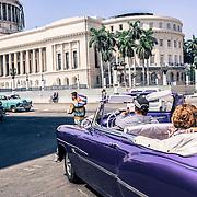 Turisti in visita alla Piazza del Capitolio, Havana
