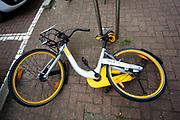 In Rotterdam staan deelfietsen van Obike. De komst van de Singaporese deelfietsen valt niet bij iedereen in goede aarde. De O-bikes nemen de stallingsruimte in van gewone stadsfietsen en ze worden vaak slordig en verkeerd geparkeerd wat tot veel overlast leidt. Zowel Rotterdam als Amsterdam willen de zogenaamde free floating deelfietsen aan banden leggen.<br /> <br /> Share bikes of Obike parked in Rotterdam. The arrival of the Chinese shared bikes is not appreciated by everyone. The O-bikes take in the stall space of ordinary city bikes and they are often parked untidy and misplaced, causing a lot of inconvenience. Both Rotterdam and Amsterdam want to tie up the so-called free floating share bike companies.