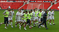 Photo: Paul Thomas.<br />England Training Session. 29/05/2006.<br /><br />England warm up.