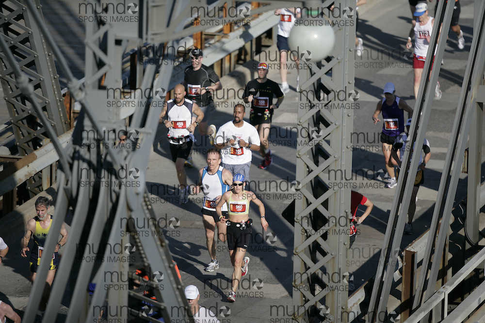 Ottawa, Ontario ---24/05/09--- Runners run across the Alexandra Bridge during the 2009 Ottawa Marathon, May 24, 2009.GEOFF ROBINS Mundo Sport Images