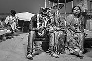 Novios, en un raro momento de relajación. Groom and bride, during a rare moment of distension. Varanasi, India.