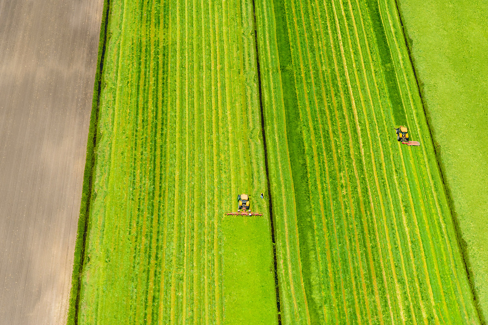 Nederland, Utrecht, Gemeente Amersfoort, 13-05-2019; weilanden buiten Amersfoort, Hoogland West. Maaien van gras in het voorjaar.<br /> Meadows outside of Amersfoort, Hoogland West. Mowing grass in the spring.<br /> luchtfoto (toeslag op standard tarieven);<br /> aerial photo (additional fee required);<br /> copyright foto/photo Siebe Swart