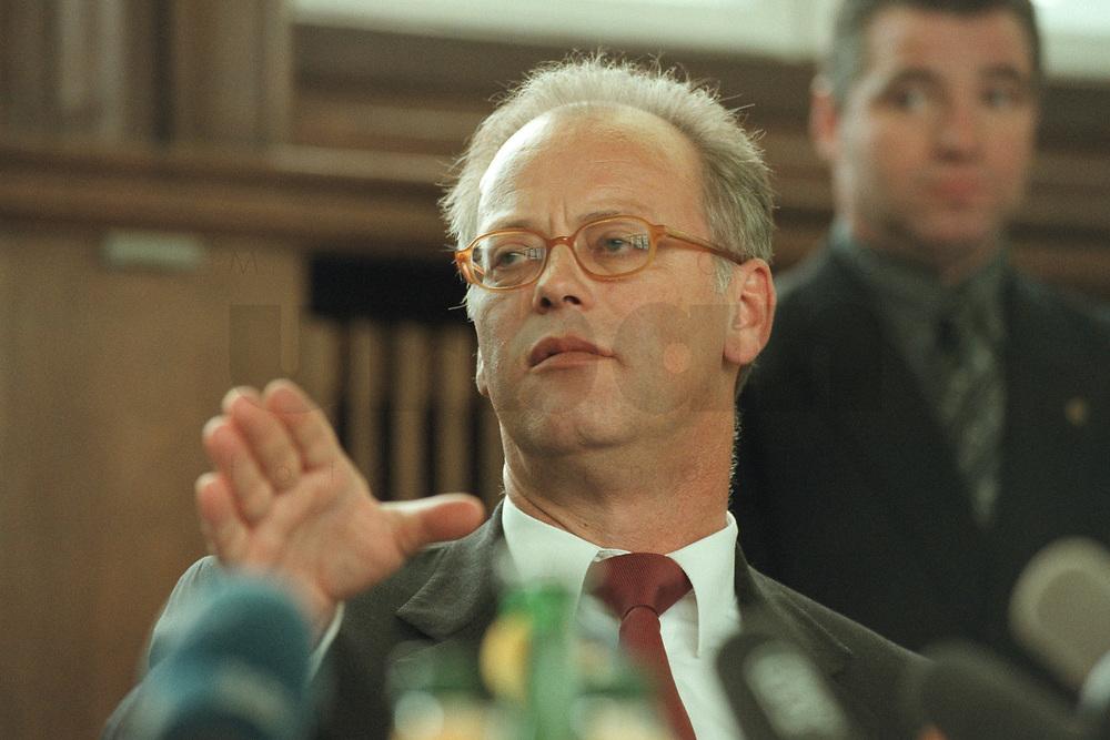 10 JAN 2001, BERLIN/GERMANY:<br /> Rudolf Scharping, SPD, Bundesverteidigungsminister, waehrend einer Pressekonferenz zur Verwendung von uranhaltiger Munition, Bundesverteidigungsministerium<br /> IMAGE: 20010110-02/02-09