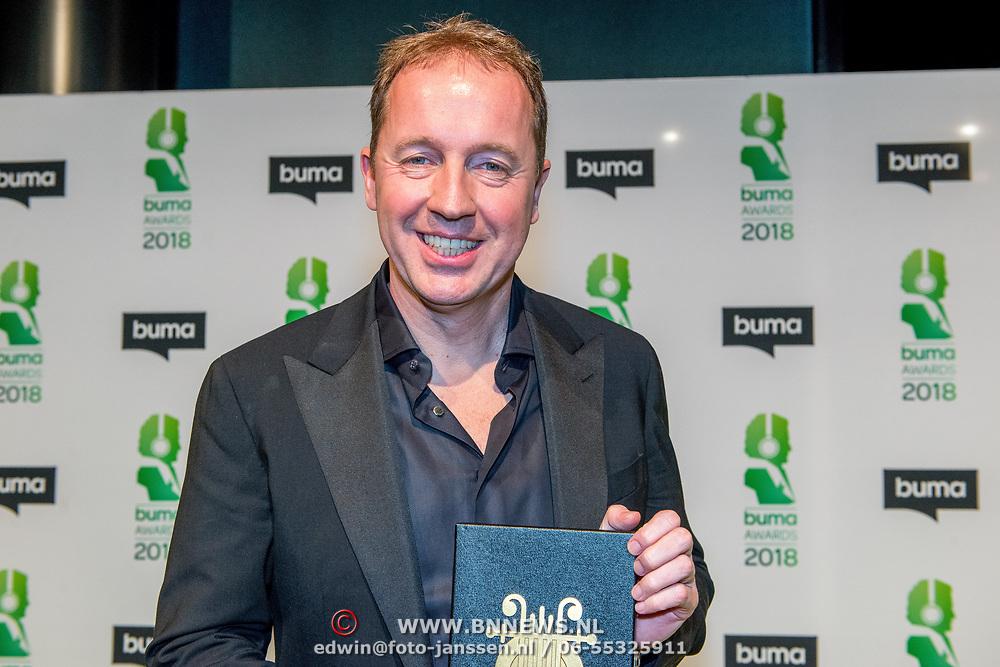 NLD/Amsterdam/20180305 - Uitreiking Buma Awards 2018, Edwin Evers met zijn Gouden Harp