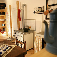 Nella fotografia: la casa Museo.. Villaggio Leumann, è un quartiere operaio realizzato tra la fine dell'800 e l'inizio del '900 su progetto dell'ingegnere Pietro Fenoglio e prende il nome dal suo fondatore, l'imprenditore di origine svizzera Napoleone Leumann...Il complesso è costituito da due comprensori di casette ai lati dello stabilimento tessile su una superficie di circa 60.000 metri quadrati. Il Villaggio Leumann è uno dei siti che fanno parte dell'Ecomuseo sulla Cultura Materiale della Provincia di Torino, il quartiere viene così conservato integralmente.