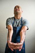 Tomas Olivera Leiva es un destacado Cocinero y Chef Chileno. A lo largo de su carrera ha experimentado en diferentes a&eacute;reas de la cocina tales como: banquetes, restaurantes, catering y cocina industrial. Lo que le ha permitido desarrollar diferentes propuestas gastron&oacute;micas. Trabaj&oacute; como chef ejecutivo de varios restaurantes dentro y fuera del Pa&iacute;s. Ha sido destacado en varias oportunidades por su labor: en el 2008 fue consagrado como el mejor chef por la revista Qu&eacute; pasa, y ese mismo a&ntilde;o el diario El Mercurio lo ubic&oacute; entre los 100 l&iacute;deres j&oacute;venes de Chile. En el a&ntilde;o 2010 recibi&oacute; el Premio Bicentenario por su aporte a la cocina chilena.<br /> Hoy tiene su propio restaurant en Santiago de Chile, seleccionado por la revista Wik&eacute;n como el mejor de Chile en 2011. Adem&aacute;s es asesor gastron&oacute;mico de hoteles y restaurantes y autor del libro Cocinero+Casero+de Autor. Santiago de Chile 25-10-2014 (&copy;Alvaro de la Fuente/Triple.cl)