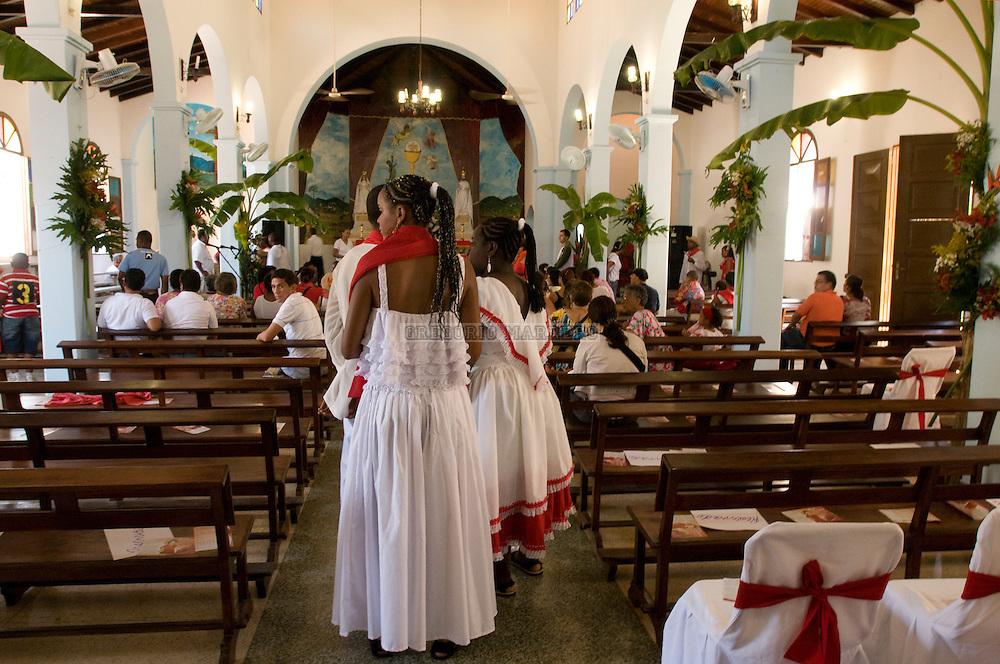 Tambores de San Juan, en la población de Curiepe, es una de  las celebraciones mas importantes de toda la región de Barlovento.  Sus tierras fueron asiento de haciendas de cacao en la Colonia.  La mayoría de la población de Barlovento fue traída de lo que actualmente constituye el Congo, Zaire y Angola (correspondiente al area cultural de la etnia africana Bantú, Loangos y Yorubas). Cuando los esclavizados fueron traídos para trabajar en las haciendas, les fueron prohibidas sus manifestaciones culturales y religiosas y les fueron impuestos nuevos cultos. Ante esta situación y al no tener otra opción que aceptar las imágenes del culto católico, le asignan a cada santo una deidad de su esquema religioso africano. Así, San Juan representa una de las más importantes en lo que, los expertos definen como un sincretismo de cierta compilación. Junio 24, 2010 (Gregorio Marrero/Orinoquiaphoto)