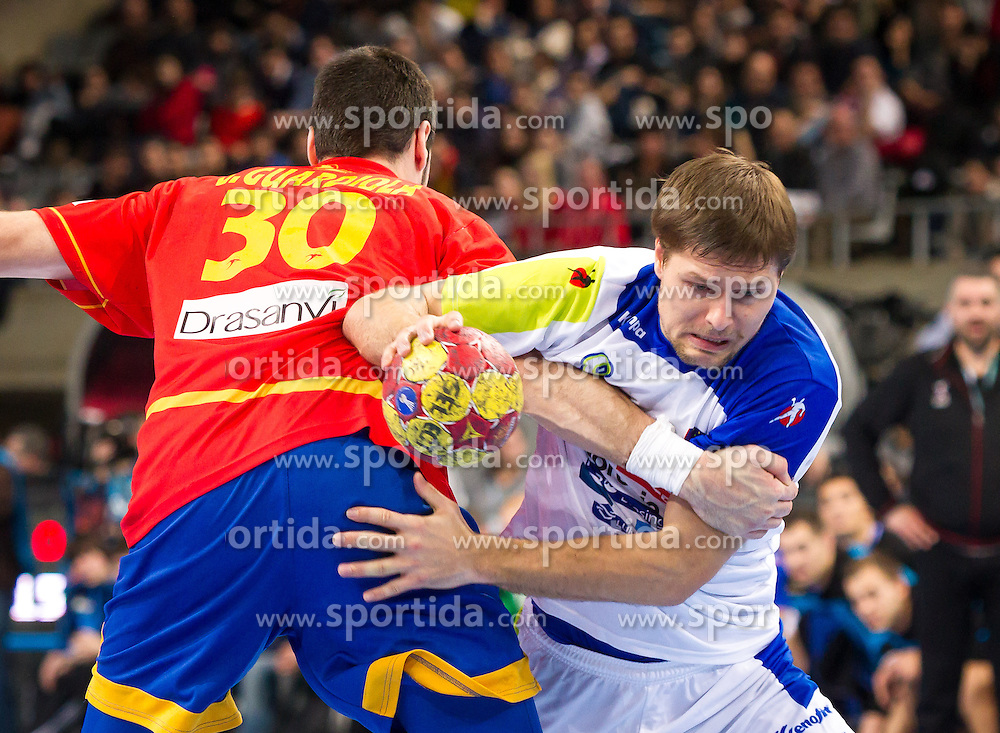 25.01.2013, Palau Sant Jordi, Barcelona, ESP, IHF, Handball Weltmeisterschaft der Herren, Halbfinale, Spanien vs Slowenien, im Bild Gedeon Guardiola (ESP), Marko Bezjak (SLO)// Gedeon Guardiola of Spain, Marko Bezjak of Slovenia during the Semifinal match of the IHF Handball World Championship between Spain and Slovenia at the Palau Sant Jordi, Barcelona, Spain on 2013/01/25. EXPA Pictures © 2013, PhotoCredit: EXPA/ Sebastian Pucher