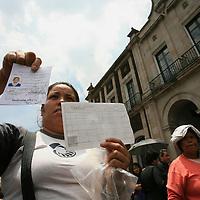 """Toluca, Mex.- Unas doscientas madres de familia se manifiestan y bloquean la avenida Independencia frente al palacio municipal de Toluca en demanda de que autoridades cumplan con el pago de becas del programa """"Estimulo a la Educacion"""" que no han sido entregadas desde hace más de un año. Agencia MVT / Mario Vazquez de la Torre. (DIGITAL)<br /> <br /> <br /> <br /> NO ARCHIVAR - NO ARCHIVE"""